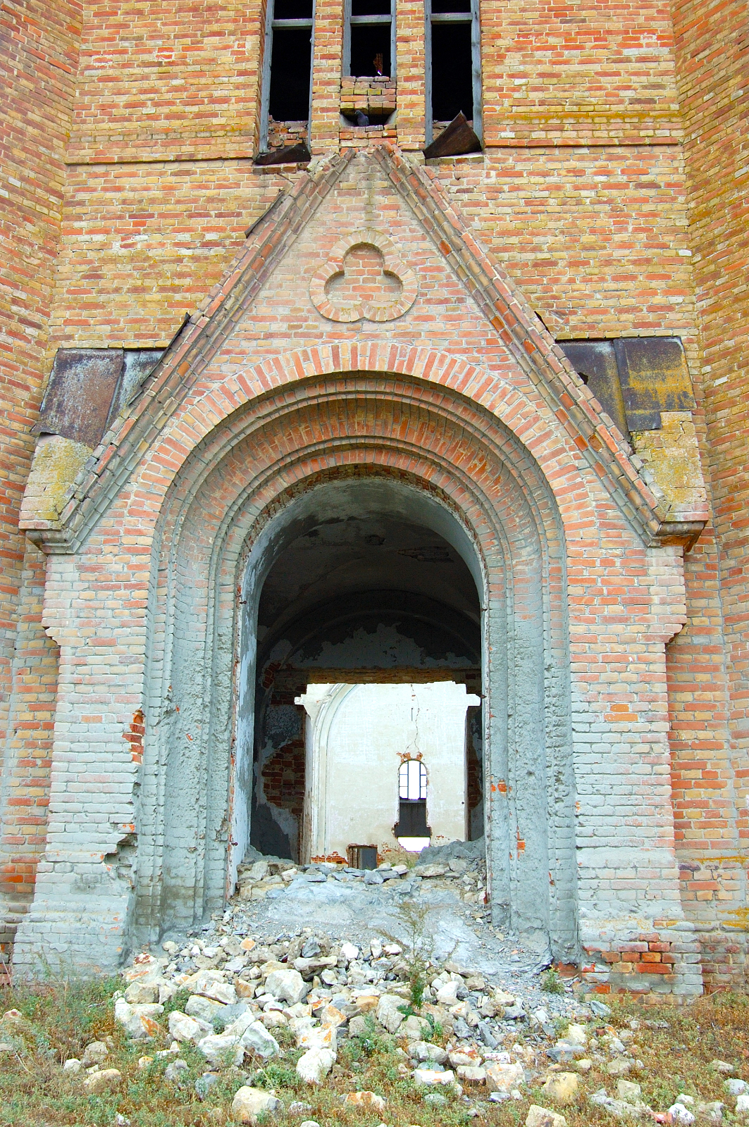 Main entrance to the church in Messer. Source: Steve Schreiber (2006).